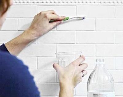 Очистка затирки при помощи раствора уксуса и воды