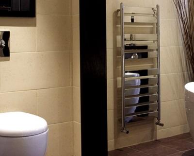 Настенный большой полотенцесушитель в ванной