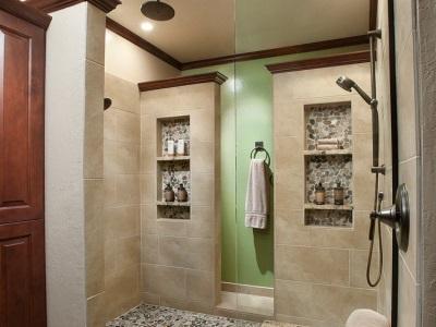 Ниши в качестве полочек в ванной комнаты