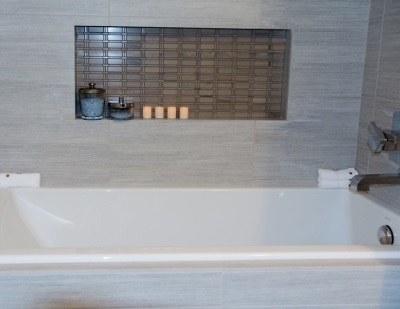 Ниша в стене ванной комнаты - из гипсокартона отделанная керамической плиткой