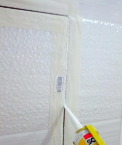 Герметизация швов ревизионного лючка невидимки в ванной