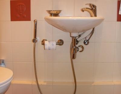 Смеситель с гигиеническим душем на умывальник в ванной комнате