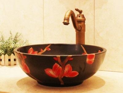 Смеситель однорычажный к черному умывальнику с красными цветами