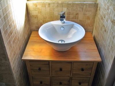 Тумба с накладным умывальником в ванной