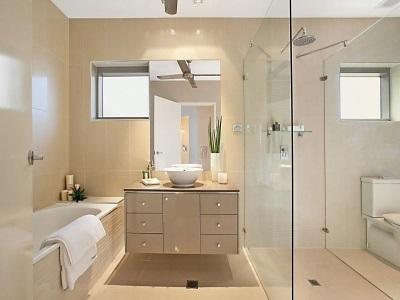 Навесная тумба стандартных размеров с накладной глубокой раковиной в ванной