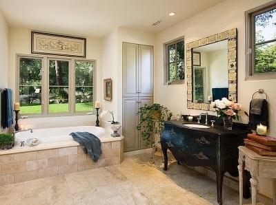 Напольная тумба со встроенной раковиной в ванной в классическом стиле