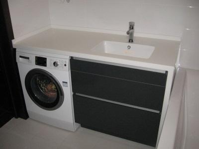 Пластиковая черно-белая тумба с раковиной под стиральную машину