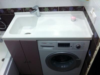 Простая небольшая тумба с раковиной под стиральную машину