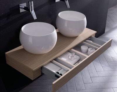 Красивая подвесная тумба деревянная с двумя глубокими умывальниками для ванной комнаты