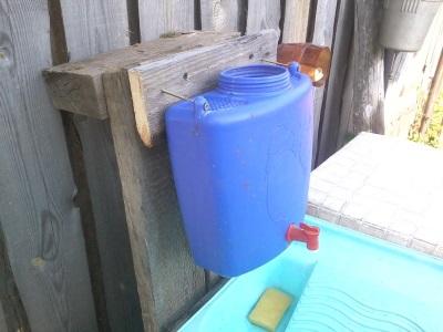 Синий пластиковый умывальник для дачи