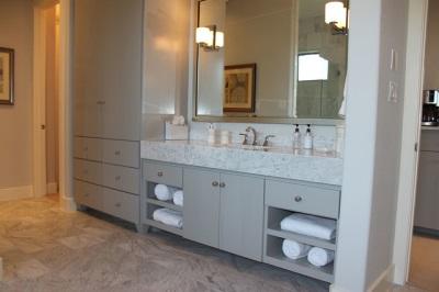 Большой умывальник из камня встроенный в мебель серого цвета для ванной