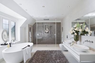 Интерьер ванной комнаты, совмещенной с туалетом в бело-серой цветовой гамме