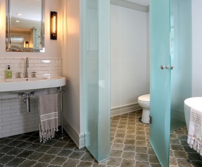 Стеклянные перегоротки в интерьере ванной комнаты, совмещенной с туалетом