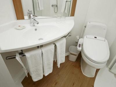 Сантехника подходящая под интерьер белого цвета ванной комнаты, совмещенной с туалетом