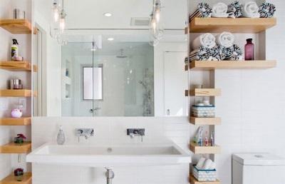 Деревянные полочки в белом интерьер ванной комнаты, совмещенной с туалетом