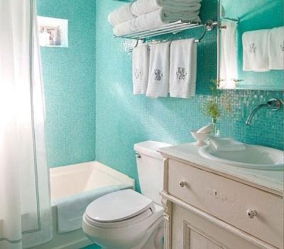 Бирюзовая мозаика в интерьере ванной комнаты, совмещенной с туалетом с белой мебелью и сантехникой