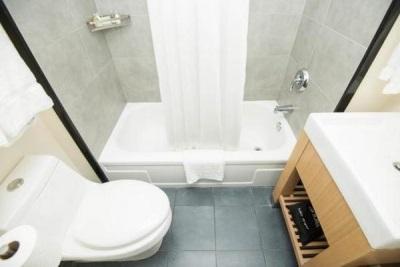 Правильный интерьер маленькой ванной комнаты, совмещенной с туалетом