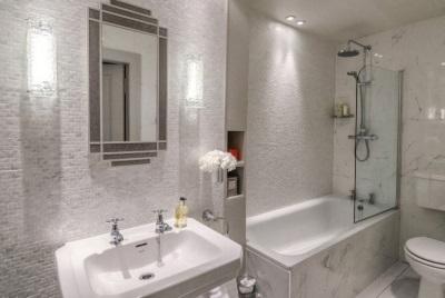Зонированное освещение в интерьере ванной комнаты, совмещенной с туалетом