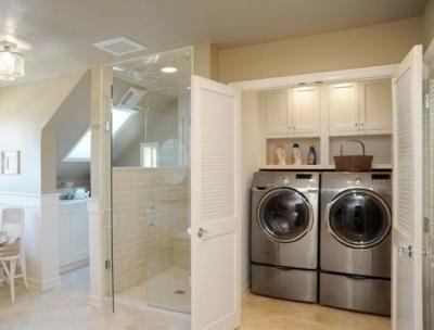 Большой шкаф под стиральную машину и сушку в ванной