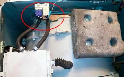 Если заливной фильтр в стиральной машине не извлекается, можно вытащить его изнутри машинки