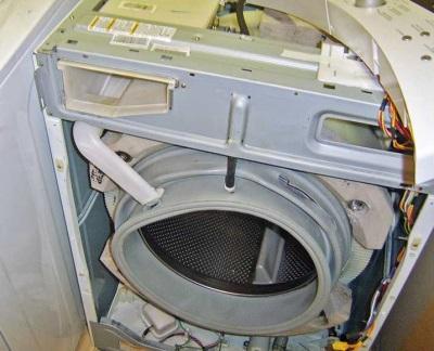 Разобранная стиральная машина - подготовка к снятию бака