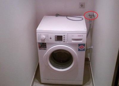 Если стиральная машина набирает воду в выключенном состоянии необходимо перекрыть воду