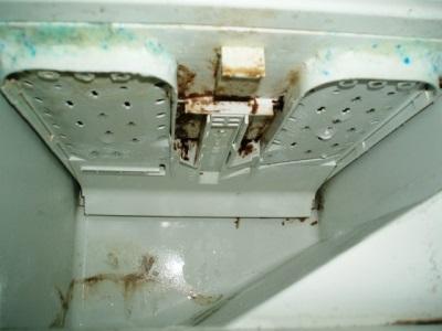 Отверстия для подачи воды на каждый из отсеков контейнера стиральной машины