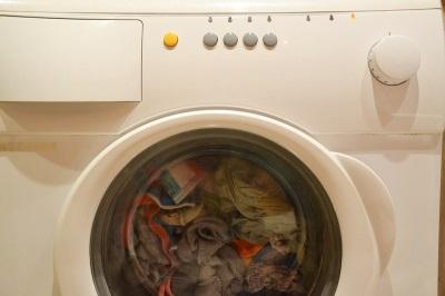 Если стиральная машина стучит при отжиме или стирке