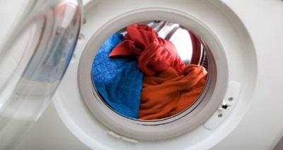 Неравномерное распределение белья в стиральной машине может стать причиной стуков при отжиме или стирке