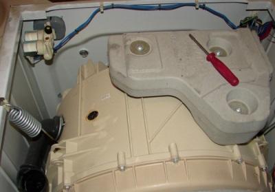 Если стиральная машина стучит при отжиме или стирке необходимо затянуть болты на противовесе