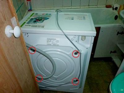 Расположение транспортировочных болтов на стиральной машине