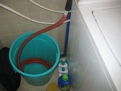 Не верный способ подключения канализации стиральной машины из-за которого падает уровень воды в барабане
