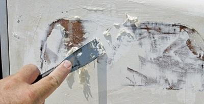 снятие краски при помощи  стамески