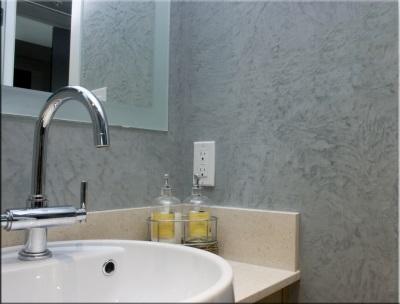 Оштукатуренные стены в ванной комнате