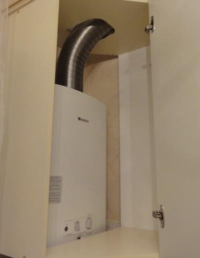 Спрятанная газовая колонка в шкафу ванной