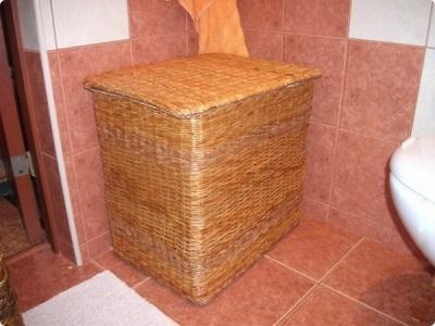 Корзина для белья из газетных трубочек в ванную комнату