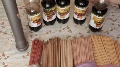 Покраска трубочек из газет для плетения корзины под белье