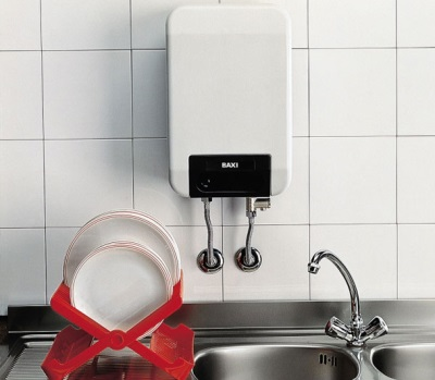 Компактная газовая колонка на кухне
