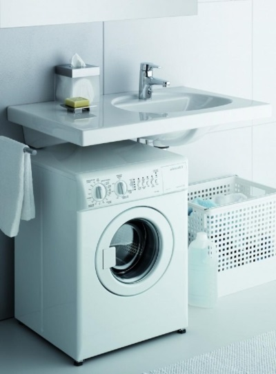 установка стиральной машины с раковиной на ровной поверхности