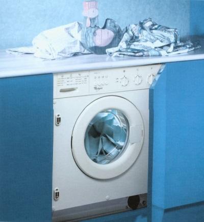 стиральная машина, встроенная в голубой гарнитур