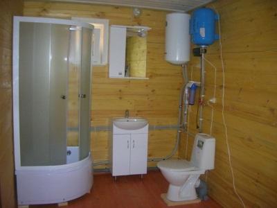Водонагреватель, установленный в дачной ванной комнате