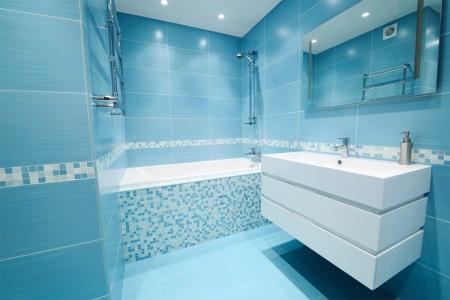 Голубая ванная - дизайн в бело-голубых тонах, сочетание с другими цветами