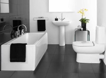 Комбинирование черной и белых стен в ванной