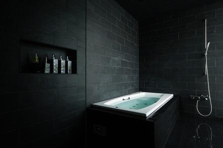 Мрачная черная ванная