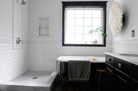 Белая ванна с черной поверхностью
