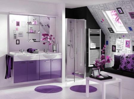 Освещенная ванная фиолетового цвета