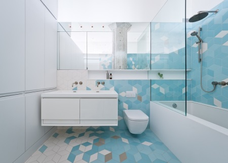 Голубая ванная с белым