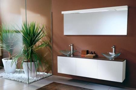 Белая мебель в коричневой ванной