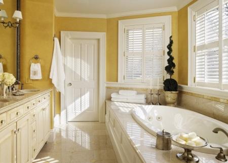 Желтые стены в ванной комнате