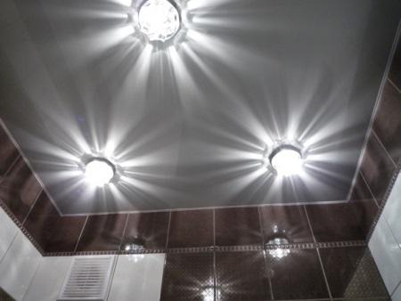 Верхнее освещение ванной комнаты